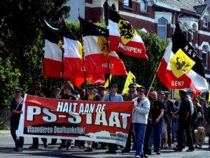i giovani e le bandiere dell'NSV