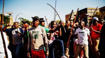 Africa del Sud, caccia all'uomo: la xenofobia dei neri contro i più neri!