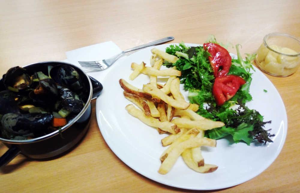 piatto di cozze e patatine fritte belghe