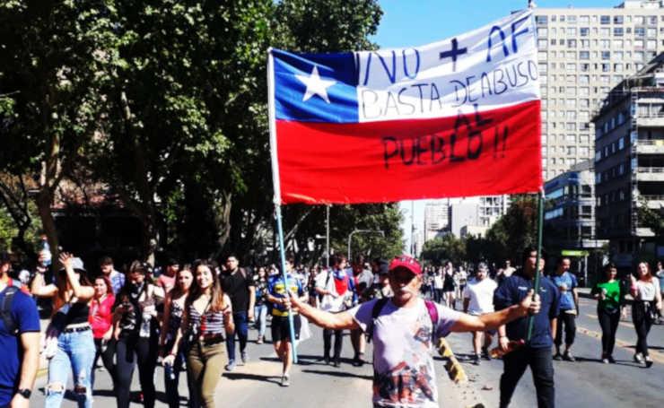 Anziano-protesta-in-Cile