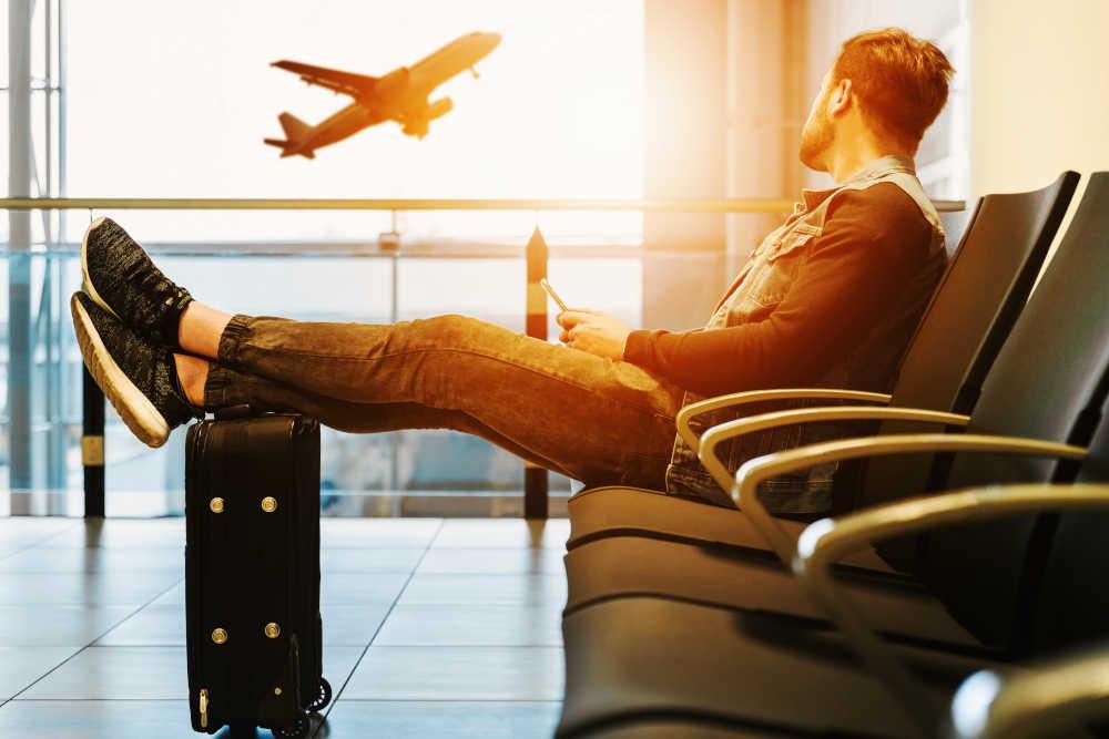attesa volo in aeroporto - © jeshoots-com-unsplash