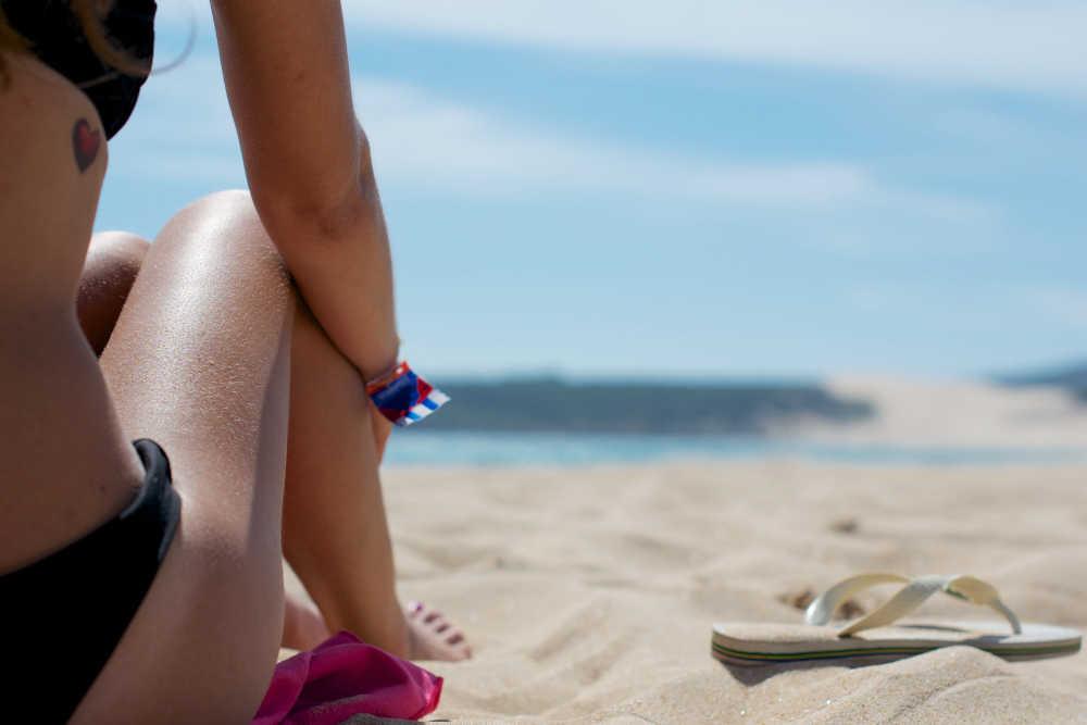 donna in spiaggia con costume da mare