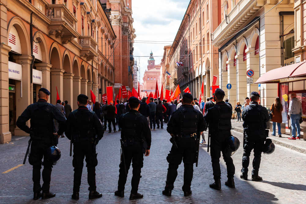 Lo Stato impedisce manifestazioni politiche e scioperi