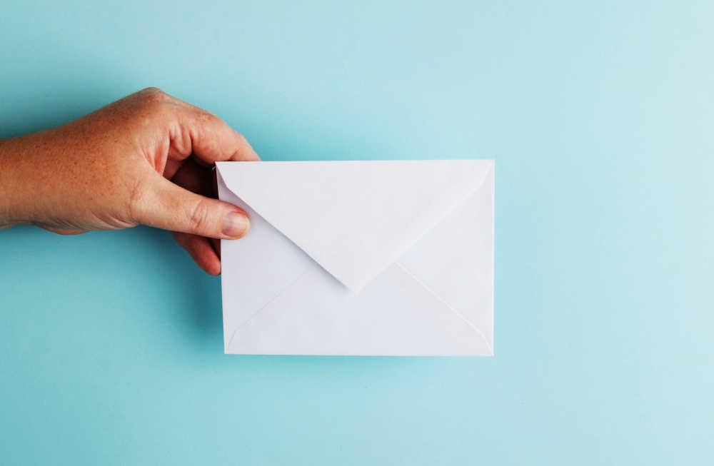 mano che consegna una email